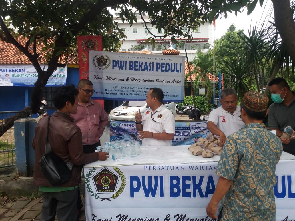 Jum'at Barokah, Program Bagikan Ratusan Nasi Bungkus Gratis Pada PWI Bekasi Peduli
