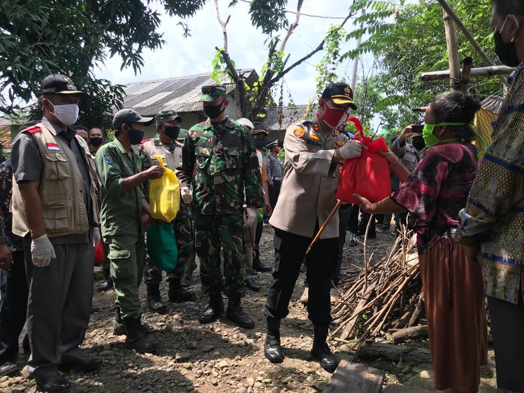 Gerakan Bansos Serentak Polri Peduli Covid_19, Kapolres Majalengka Bagikan 1500 Paket Sembako Secara Door to Door.