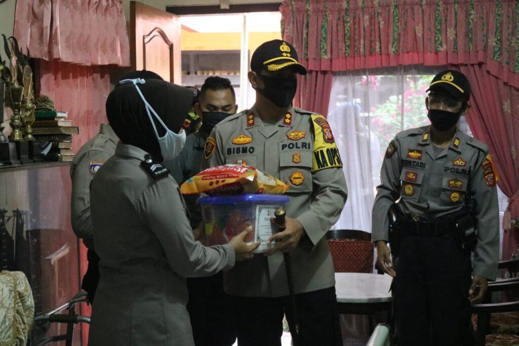 Kapolres Majalengka Memberian Simbolis Tali Asih kepada Purnawirawan dan Warakawuri