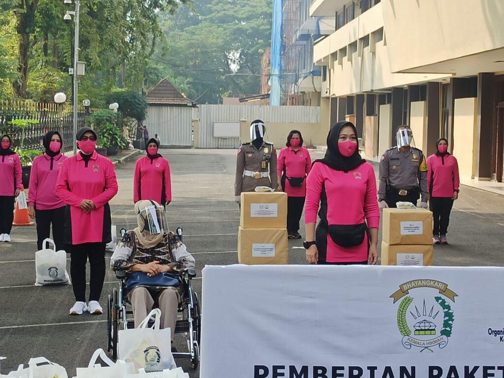 Ketum Bhayangkari Beri Bantuan Kemanusiaan Kepada Kaum Difabel dan Kelompok Rentan