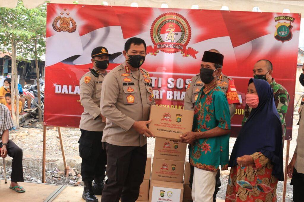 Sambut HUT ke 74 Hari bhayangkara Kapolda Metro Jaya Bagikan Sembako ke Masyarakat.