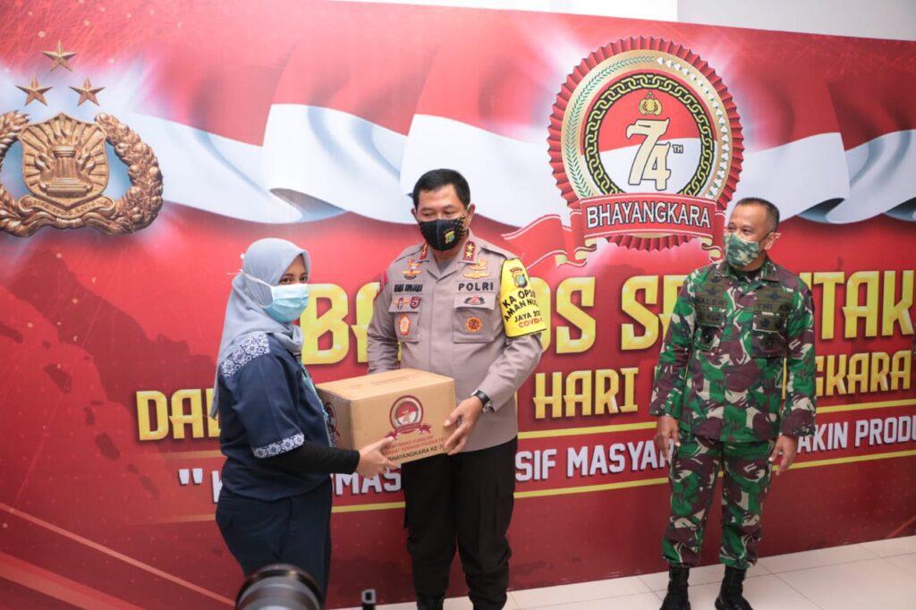 Baksos Hari Bhayangkara ke 74, Kapolda Metro Jaya Berikan Kepada Petugas Medis di RS Darurat Covid-19 Wisma Atlet