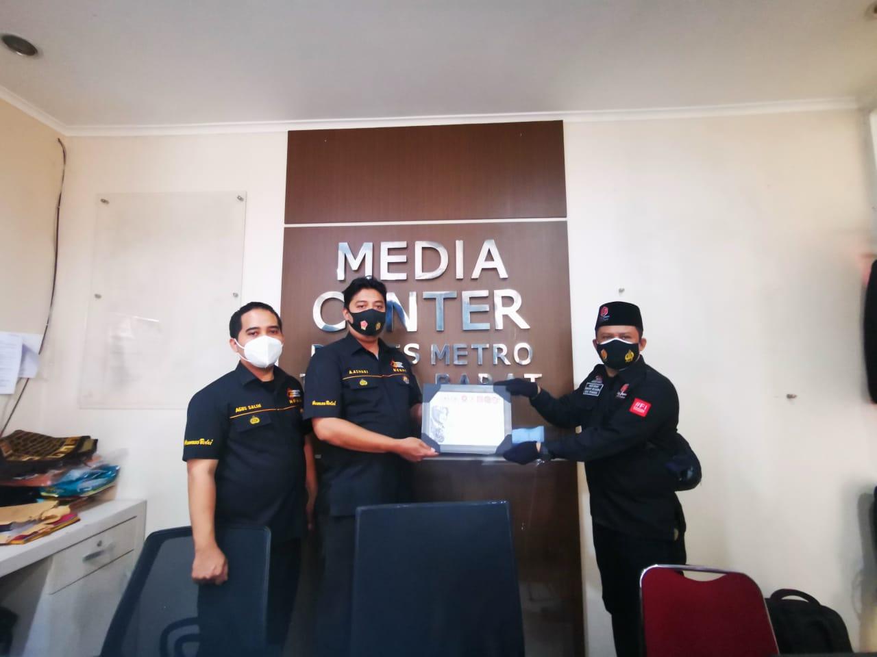 Humas Polres Metro Jakarta Barat Terima Piagam Penghargaan dari DPD RI