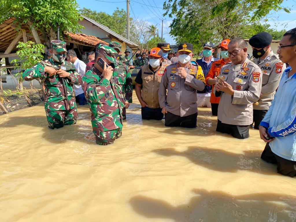 Tanggul Citarum Bekasi Jebol, Pangdam-Kapolda Metro Turun Langsung Bantu Evakuasi