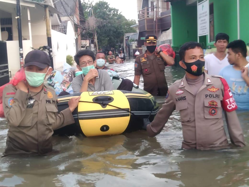 Evakuasi Korban Banjir, Tiga Pilar Duri Kosambi Cengkareng bopong Lansia yang sedang sakit